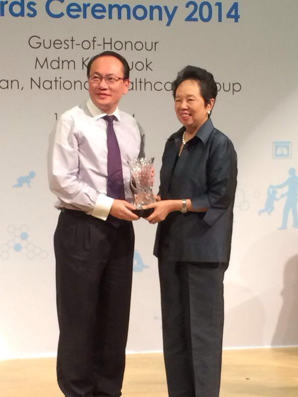 Dr Lee receiving award from NHG Chairman, Madam Kay Kuok-2