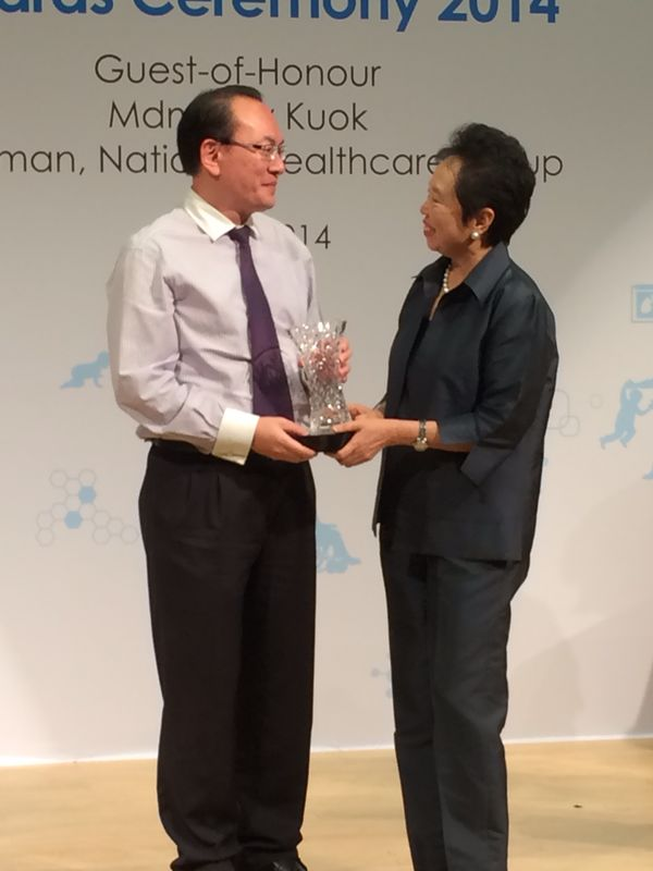 Dr Lee receiving the award from NHG Chairman, Madam Kay Kuok