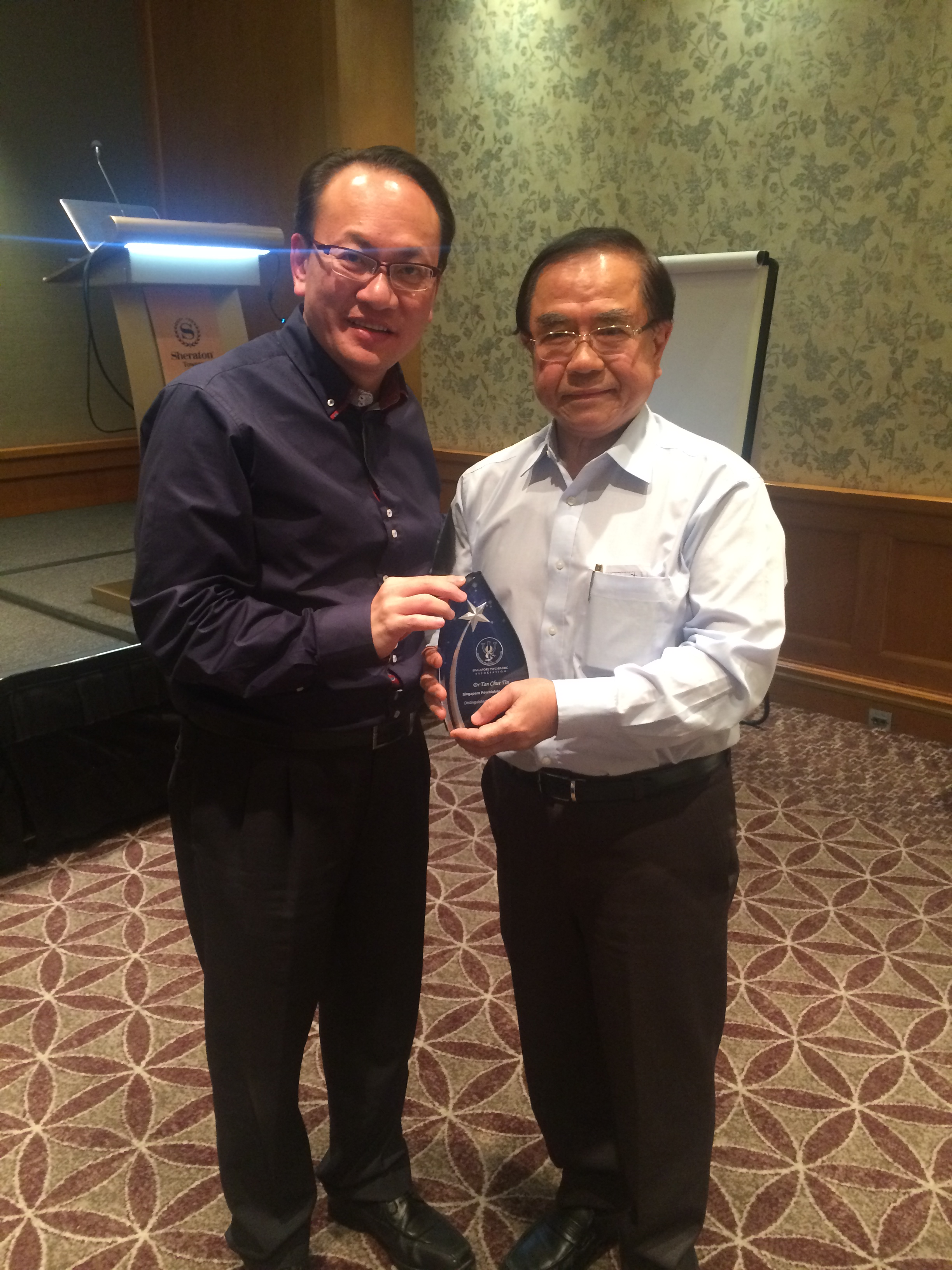 Dr-Tan-Chue-Tin-receiving-the-2015-DPA