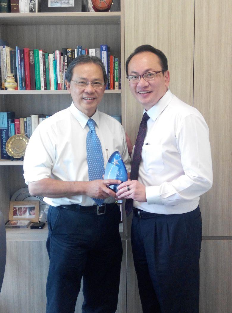 Prof-Kua-Ee-Heok-receiving-the-2015-DPA