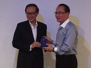 Professor Leslie Lim receiving the 2016 DPA Thumb