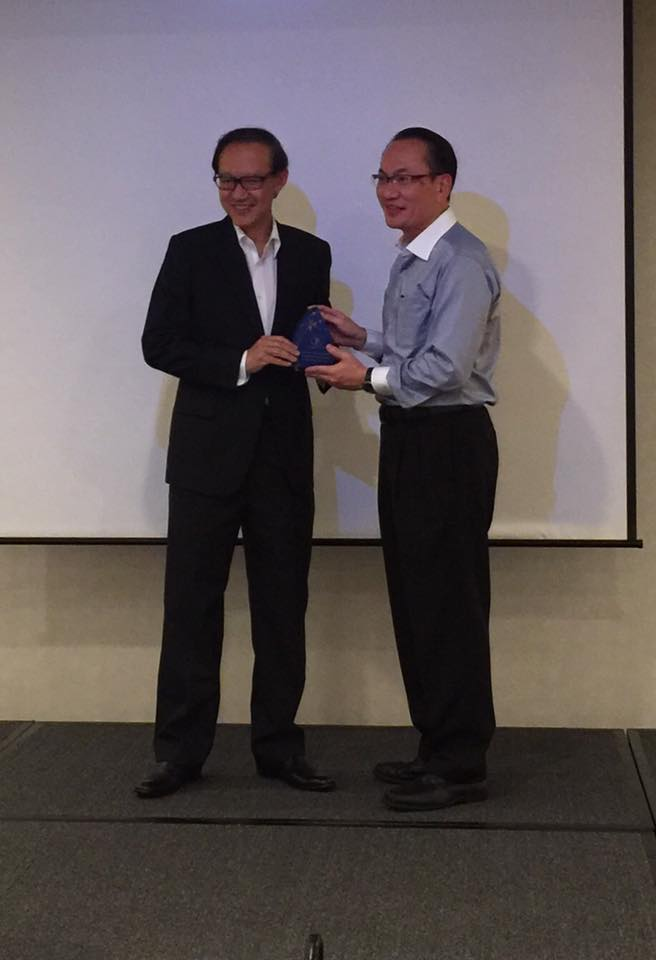Professor Leslie Lim receiving the 2016 DPA