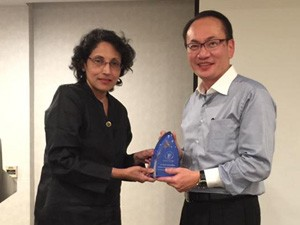 Professor Rathi Mahendran receiving the 2016 DPA Thumb