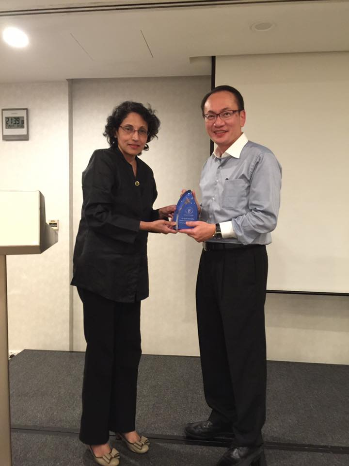 Professor Rathi Mahendran receiving the 2016 DPA